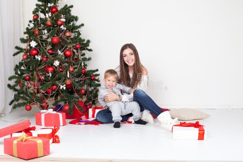 Matki i syna otwarci prezenty na zdjęcia royalty free