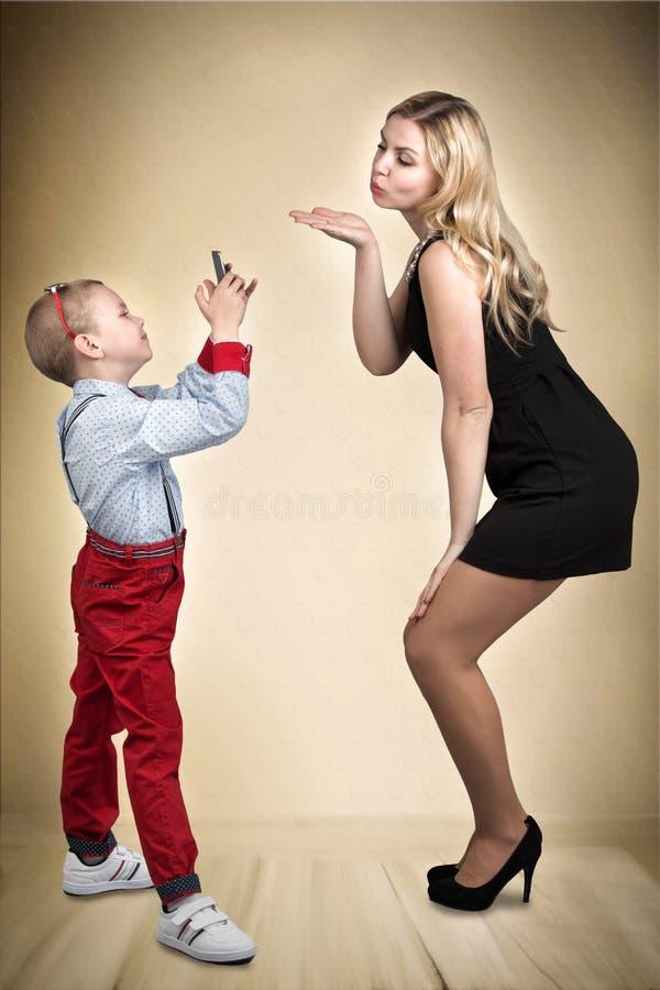 Matki i syna sesja zdjęciowa. Potomstwo fotograf Elegancki, modny, nowożytny zdjęcia royalty free