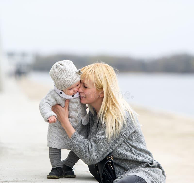 Matkuje delikatnie uściski i buziaki mała córka obrazy stock