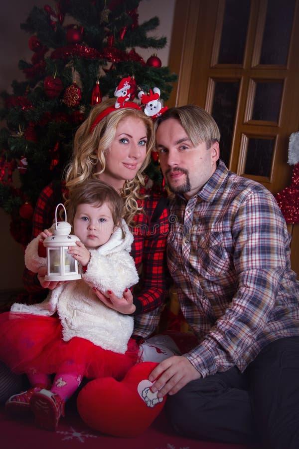 Matkuje i ojcuje z małą dziewczynką przy bożymi narodzeniami zdjęcia royalty free