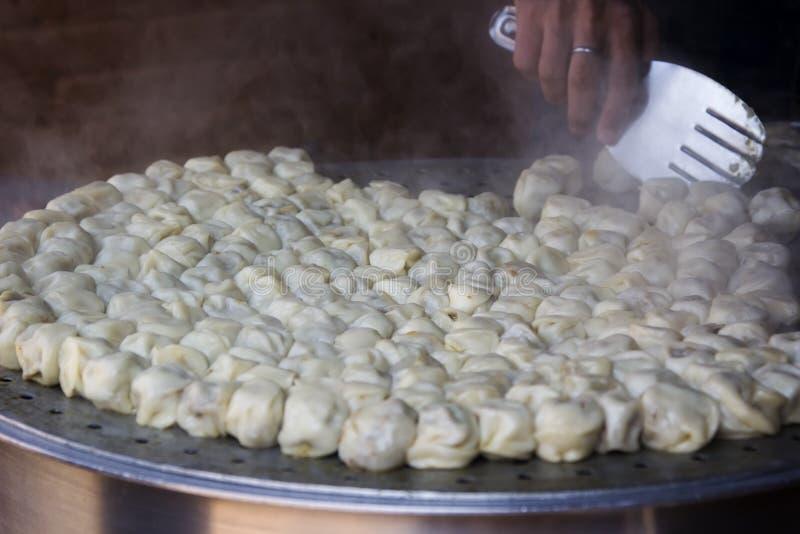 Matlagning ångade traditionella nepalesiska momos i gatakitchen royaltyfria bilder
