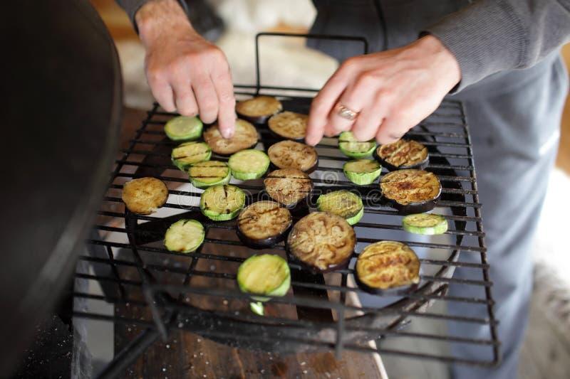 Matlagning av grönsaker på gallret fotografering för bildbyråer