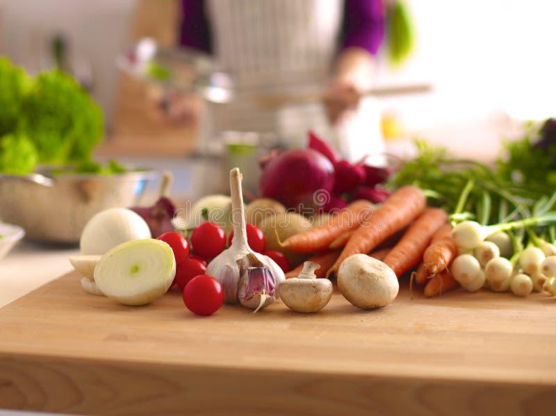 Matlagning för ung kvinna i köket sund mat royaltyfria bilder