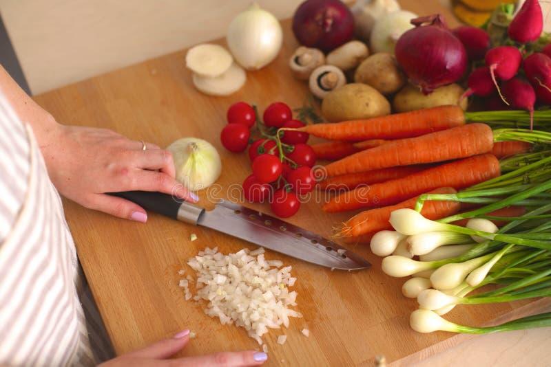 Matlagning för ung kvinna i köket sund mat arkivfoto
