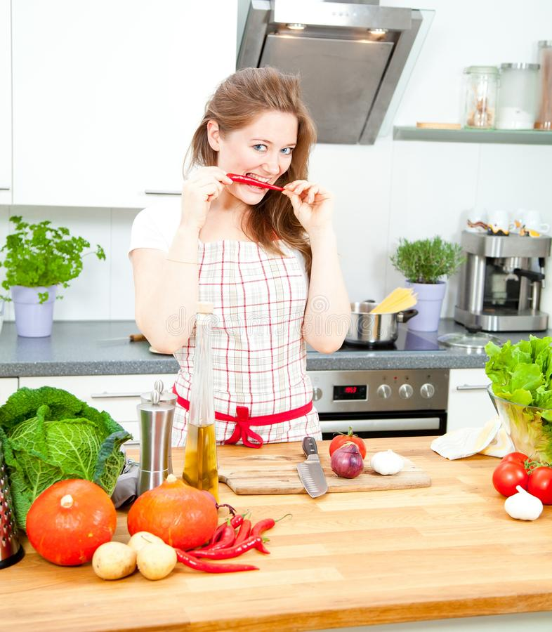 Matlagning för ung kvinna i köket Sund mat - grönsakSal arkivfoton