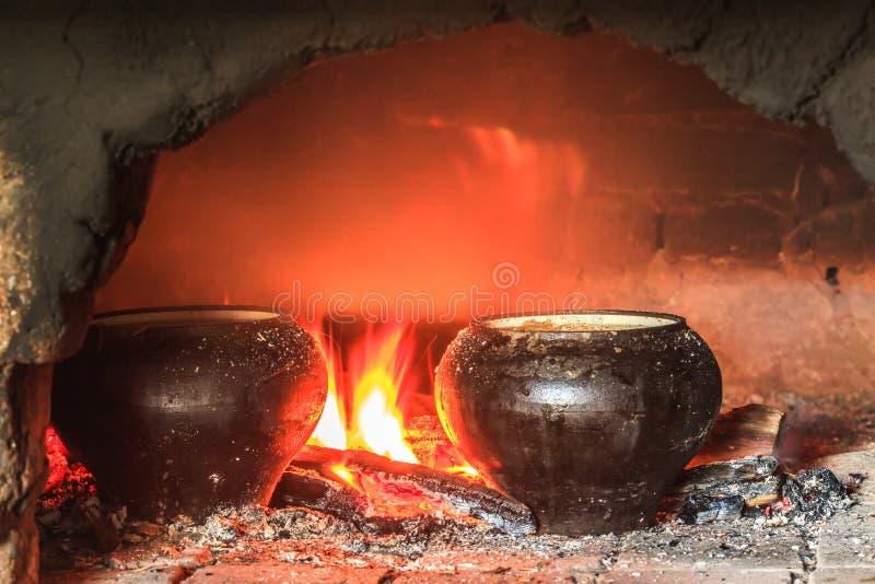 Matlagning i den traditionella ryska ugnen arkivbild