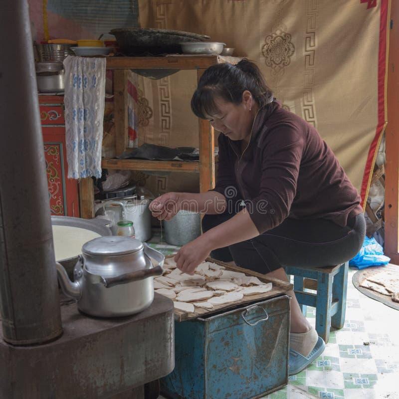 Matlagning i en Ger med en nomadfamilj i mongoliskt royaltyfri foto
