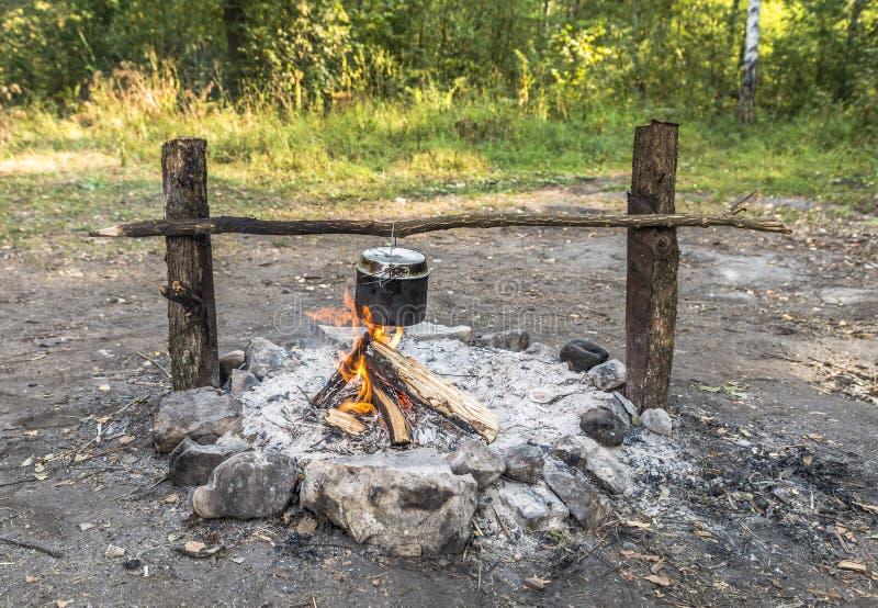 Matlagning i en kruka över branden royaltyfria foton