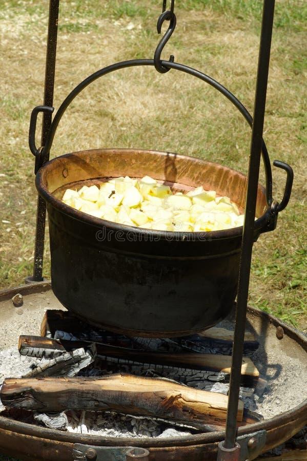 Matlagning i kittel över branden arkivbild