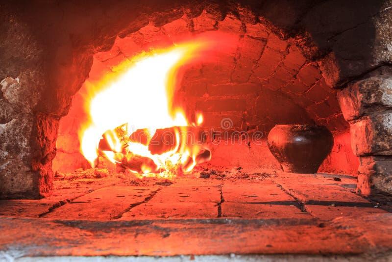 Matlagning i traditionell härdpanna fotografering för bildbyråer