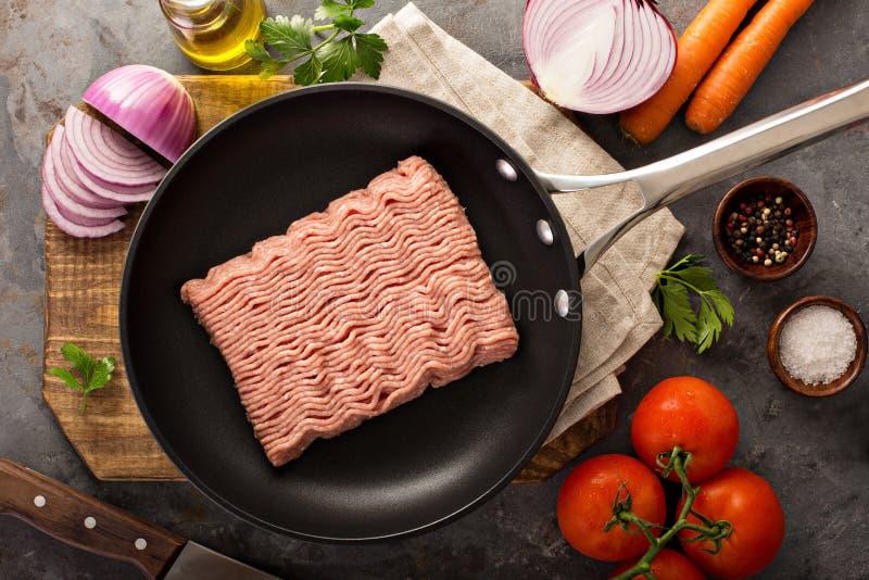 Matlagning med jordkalkon royaltyfria bilder