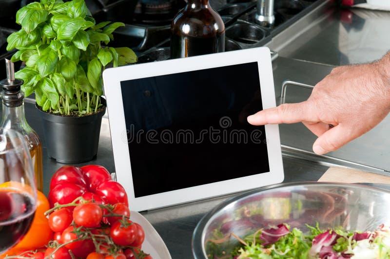 Matlagning med tableten arkivbilder