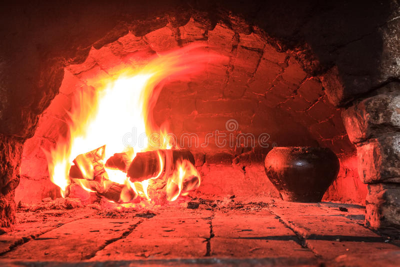Matlagning på levande kol i ugn royaltyfria bilder