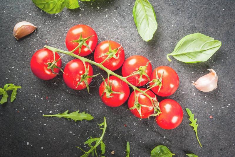 Matlagningbakgrund med gräsplaner och tomater royaltyfria bilder