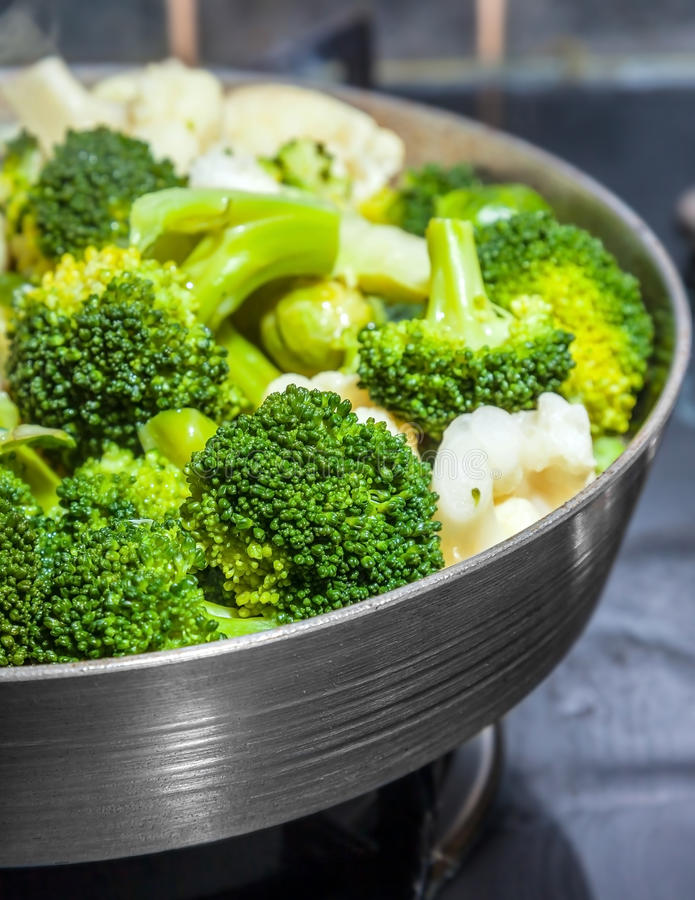 Matlagningblomkål royaltyfria foton