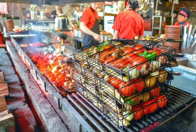 Matlagninggrönsaker i ett galler på en öppen brand Grönsakkebab arkivfoto