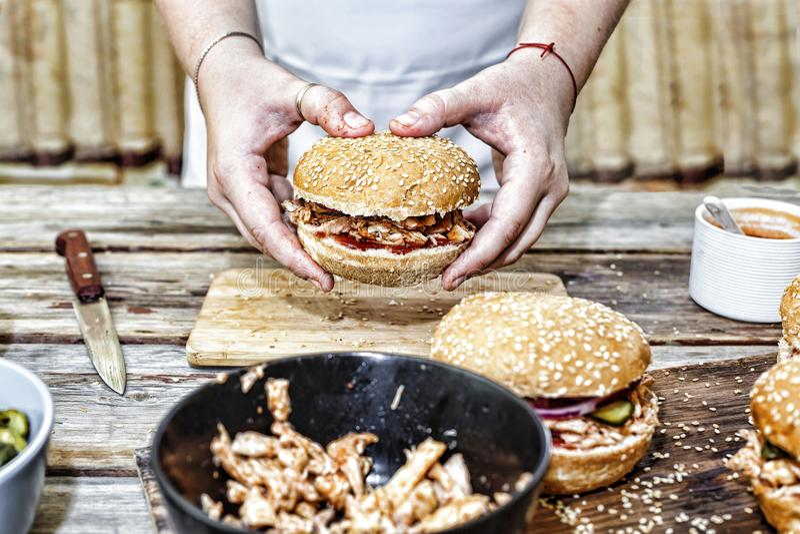 Matlagninghamburgare processen av danandehem-hamburgaren royaltyfria foton