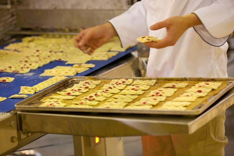 Matlagninghotcakes på köket royaltyfri fotografi