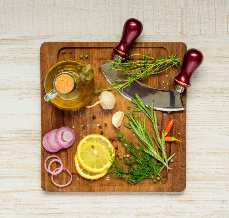 Matlagningingredienser på träbräde royaltyfri foto