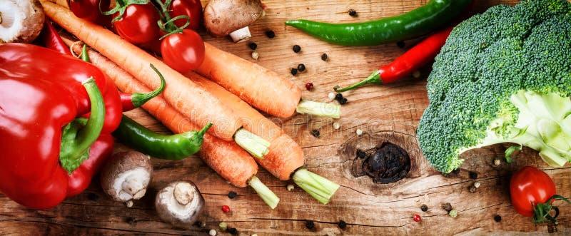 Matlagninginställning med nya organiska grönsaker Sunt äta Co arkivbild