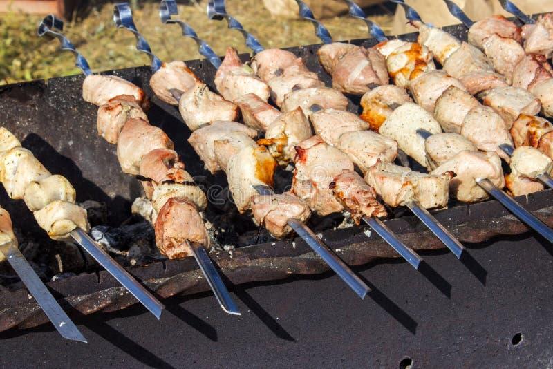 Matlagningkött på den bästa sikten för brand arkivbilder
