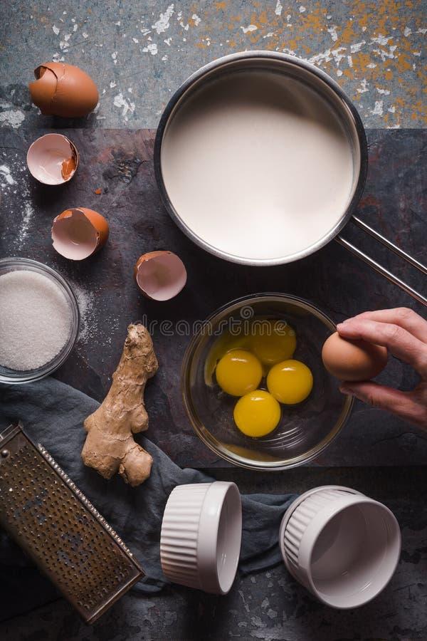 Matlagningkräm som är brulee på stenbakgrundslodlinjen fotografering för bildbyråer