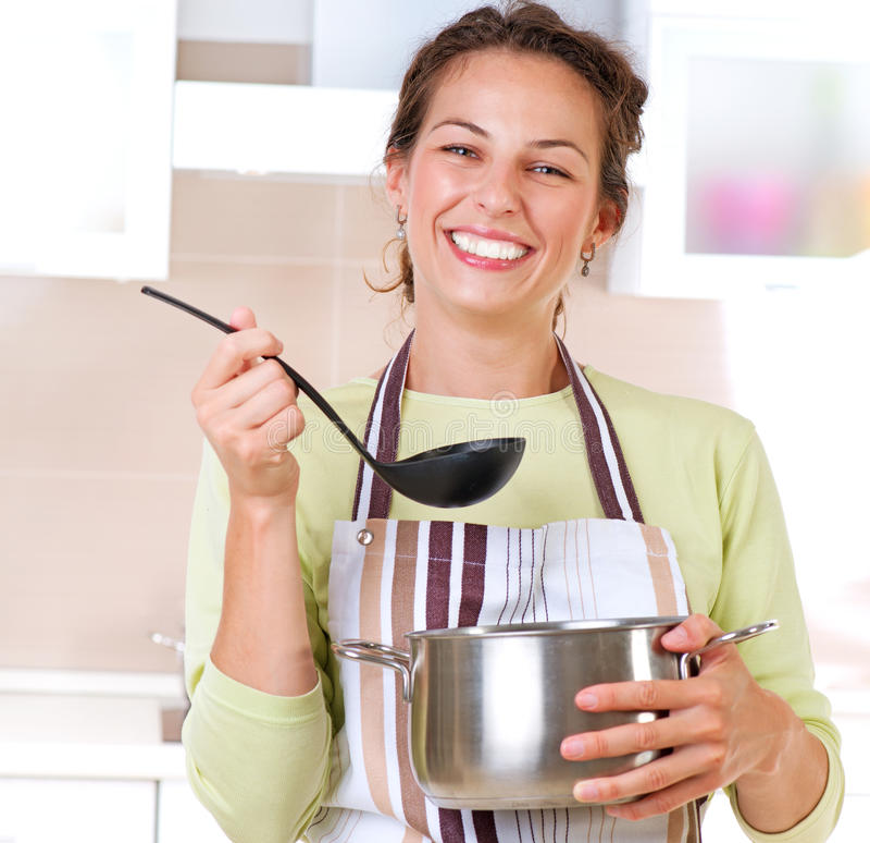 matlagningkvinnabarn arkivfoto