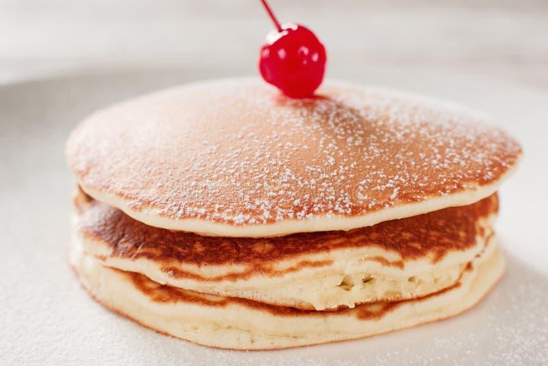 matlagningmat Amerikanska pannkakor med körsbäret royaltyfria bilder