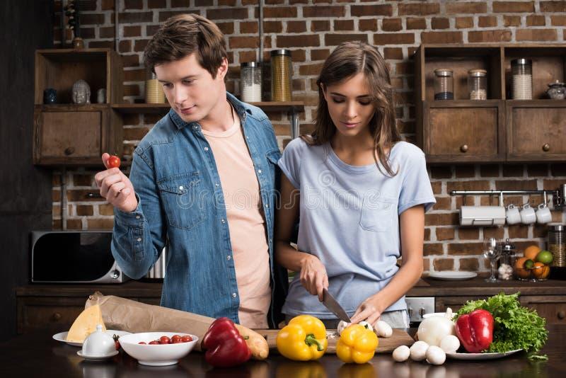 Matlagningmatställe för ung man och kvinnatillsammans arkivbilder
