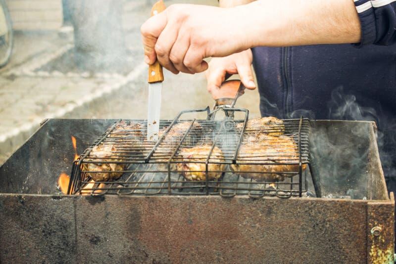 Matlagningmeat på grilla royaltyfria foton