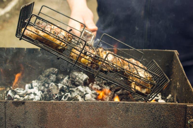 Matlagningmeat på grilla royaltyfri foto