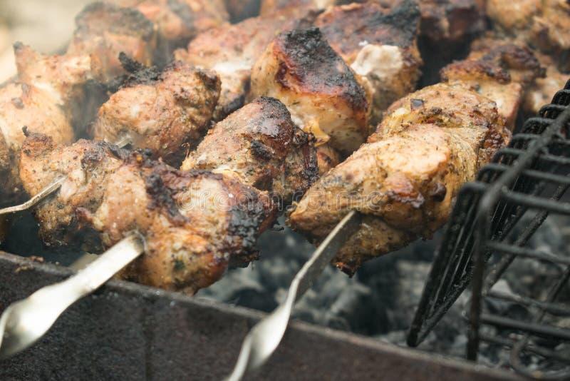 Matlagningmeat på grilla fotografering för bildbyråer