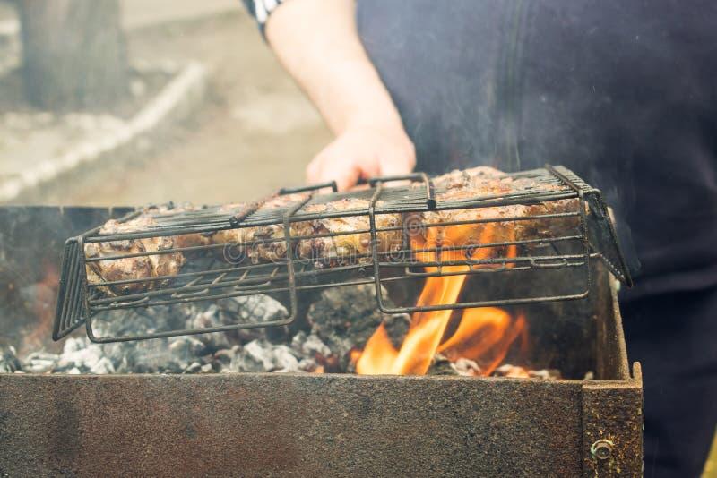 Matlagningmeat på grilla arkivfoto