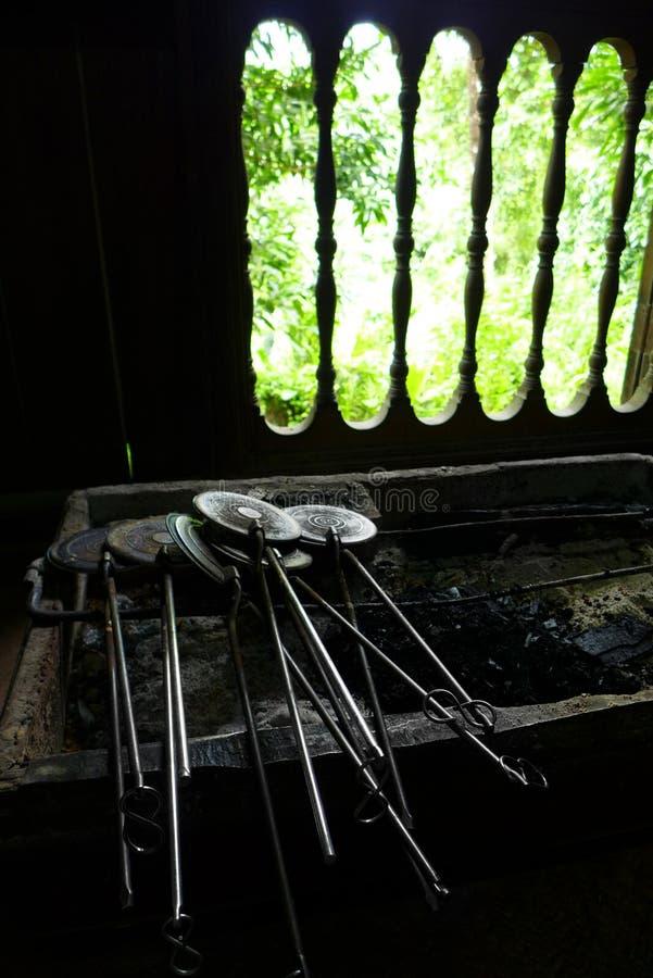 Matlagningutensils i etniskt Malaykök royaltyfri foto