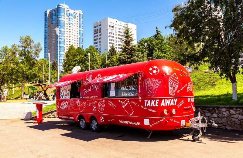 Matlastbil, mobil drink och mellanmålskåpbil i en stadsgata i solig dag för sommar royaltyfri fotografi