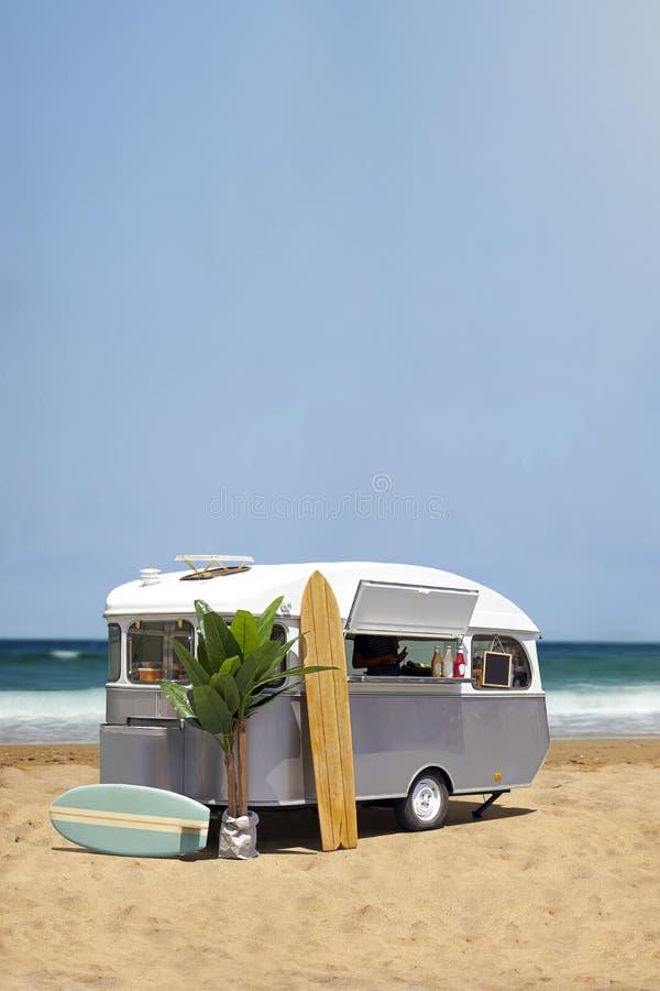 Matlastbilhusvagn på stranden arkivbilder