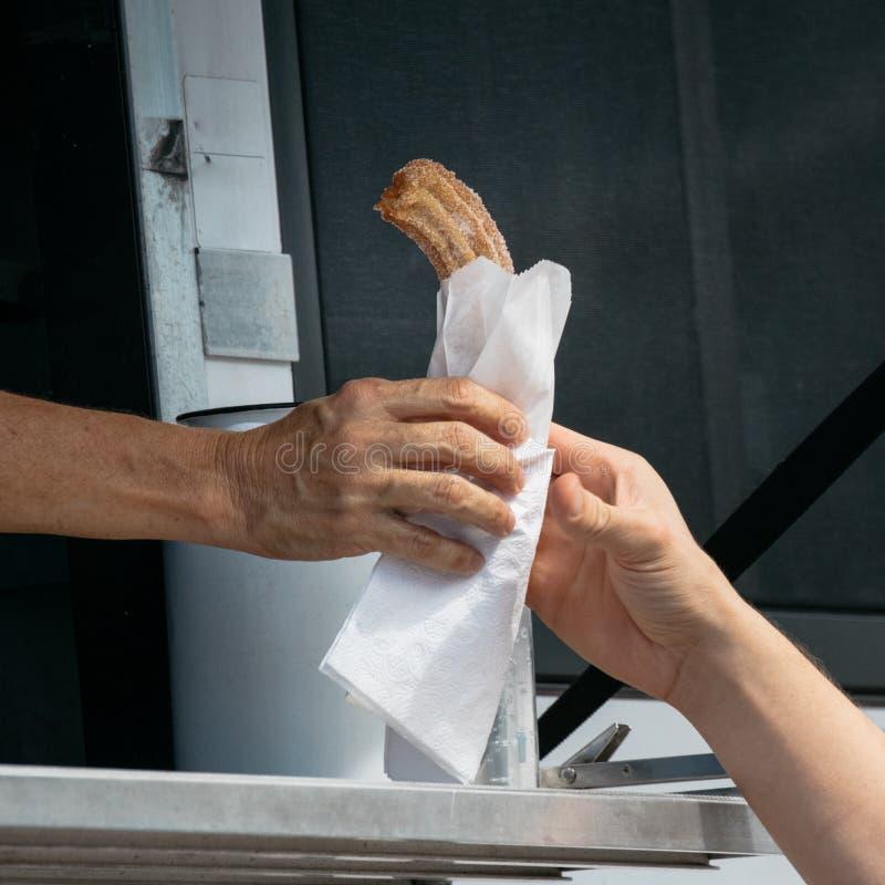Matlastbilkunder som köper och äter royaltyfri fotografi
