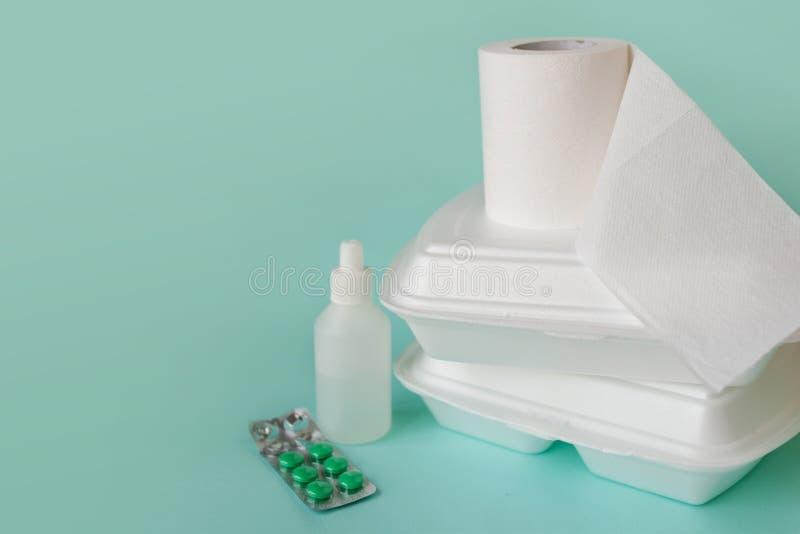 Matleverans, fattiga kvalitets- problem Rulle och medicin f?r matbeh?llare och f?r toalettpapper arkivfoton