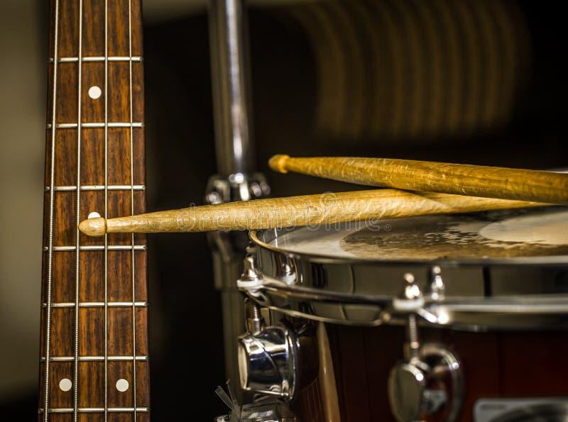 matnia bęben z drumsticks i basową gitarą obrazy stock