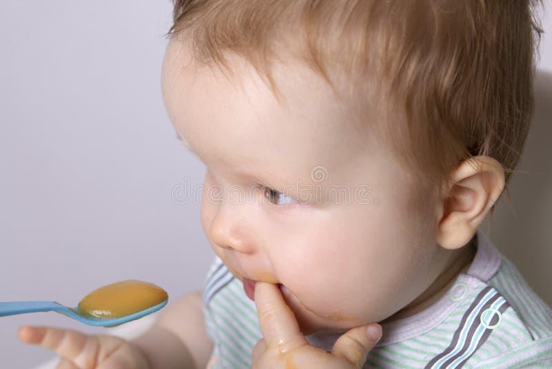 Matning av ett obeslutat barn royaltyfri fotografi