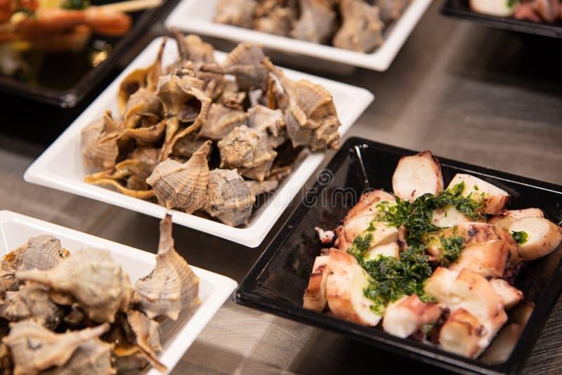 Matplattor med läcker fishfood arkivbild