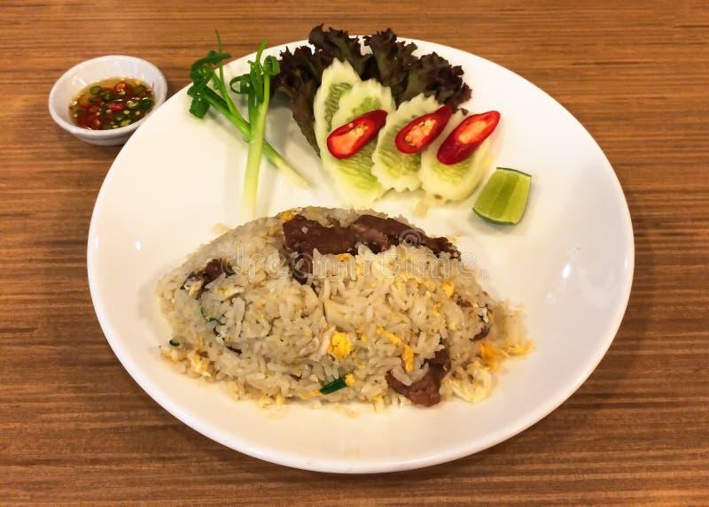 Maträtt av Fried Rice med nötkött- och fisksås med chili royaltyfri bild