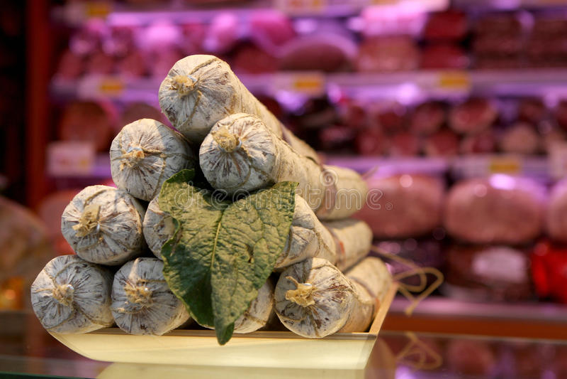 Maträtt av italiensk salami royaltyfri bild