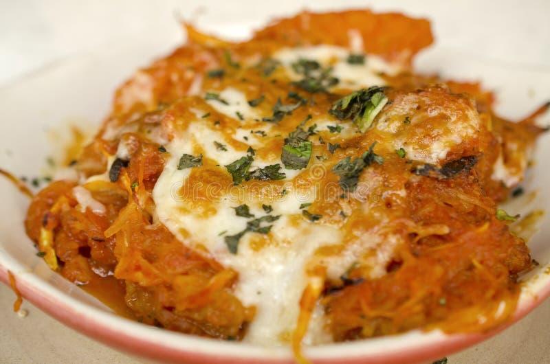 Maträtt för eldfast form för spagettisquash arkivfoton