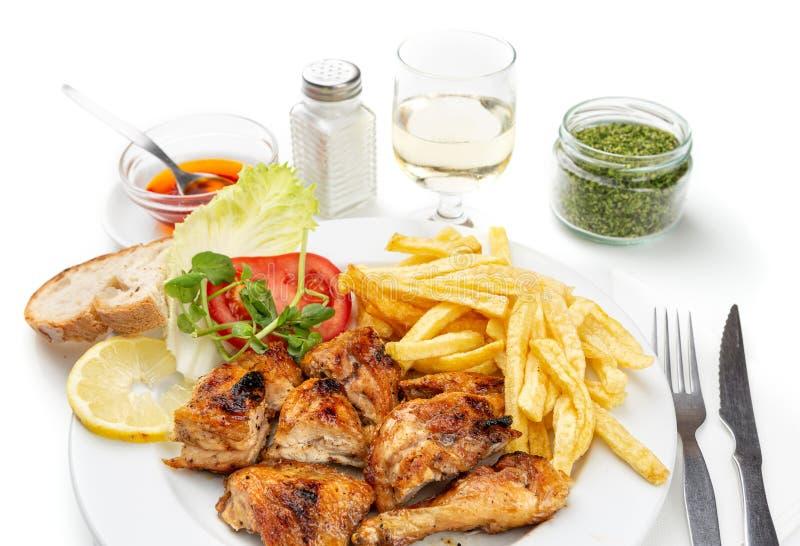 Maträtt för matställe av stekt kyckling, potatisar och sallad Portugisisk matr?tt fotografering för bildbyråer