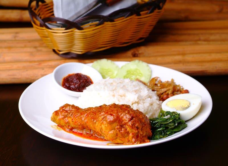 Maträtt för rice för Nasi lemak traditionell kryddig arkivbilder
