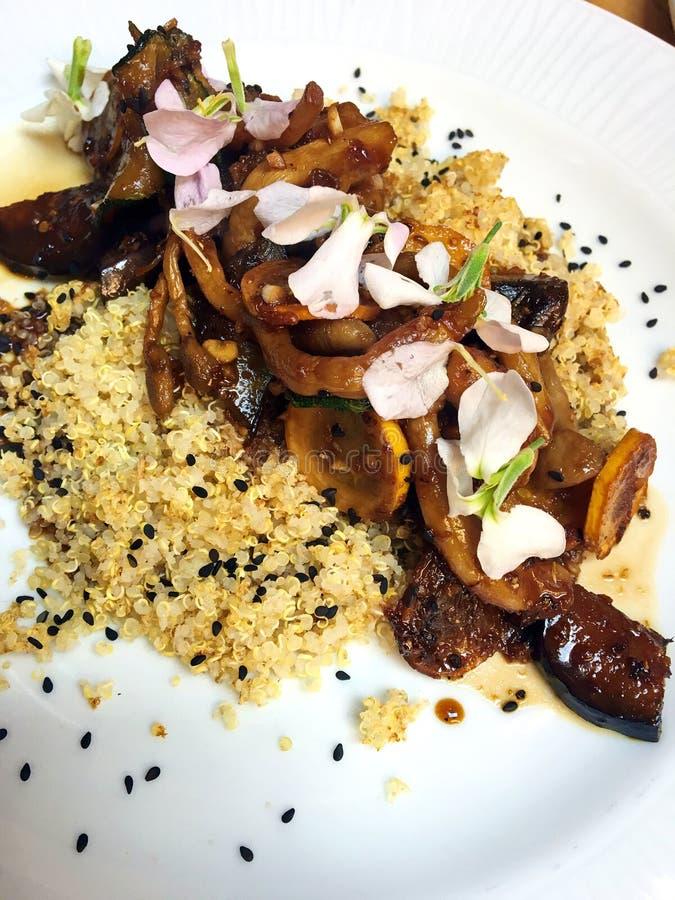 Maträtt för strikt vegetarianQuinoachampinjon arkivbild
