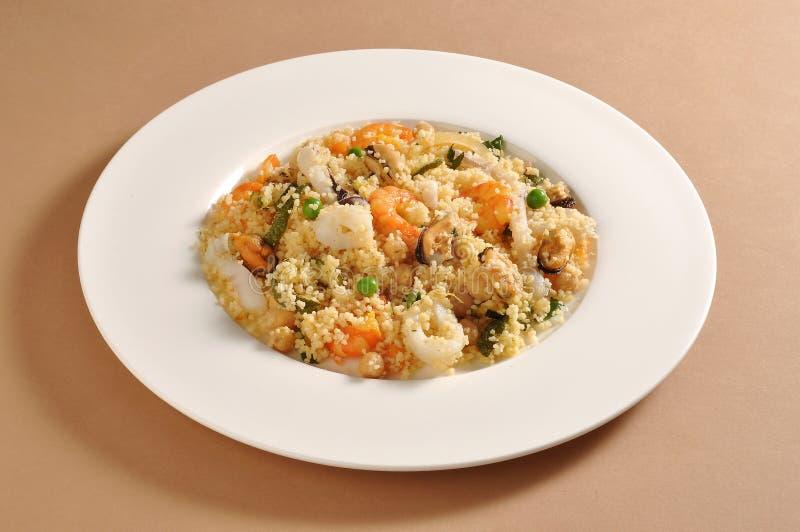 Maträtt med cous cous och fisken arkivfoton