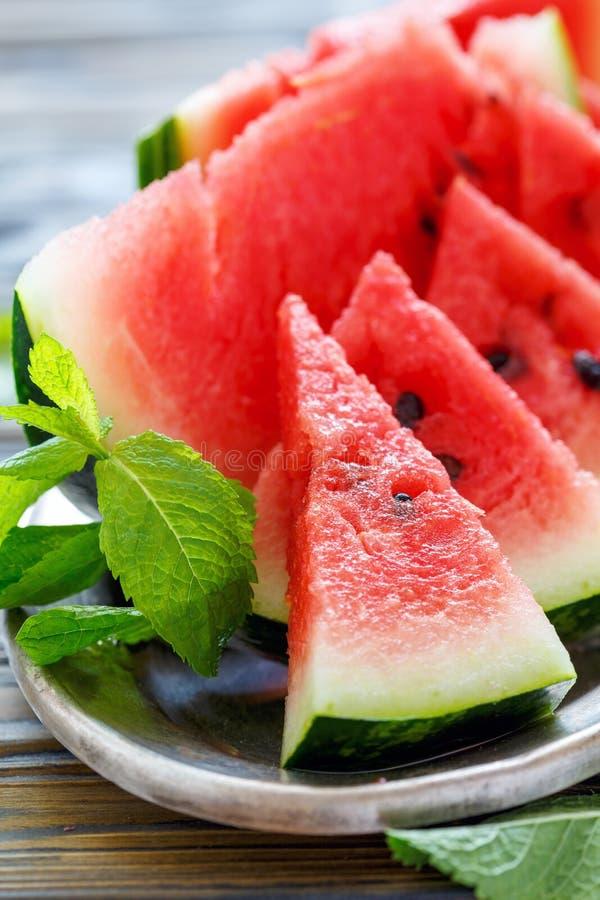 Maträtt med den saftiga vattenmelon på ett metallmagasin royaltyfria bilder