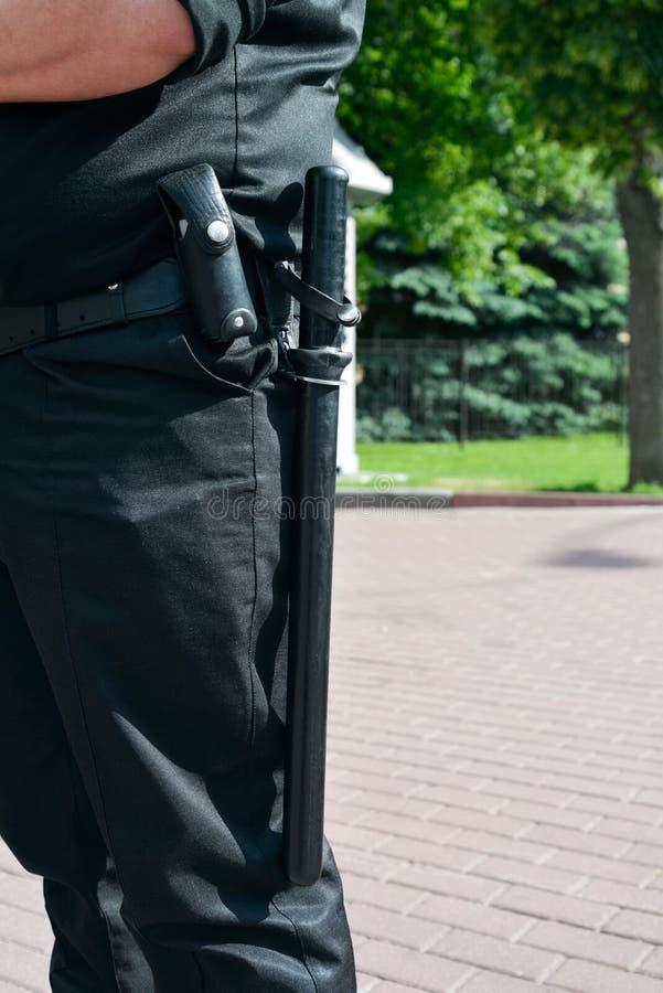Matraca de goma en la correa del policía imágenes de archivo libres de regalías